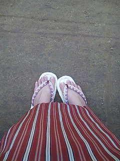 裸足に草履。